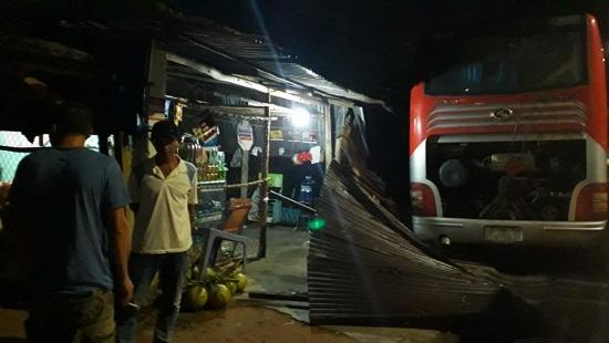 Xe ô tô khách mất lái tông sập nhà dân