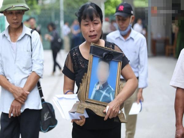 Xét xử vụ án nam sinh chạy Grab bị sát hại, cướp tài sản ở Hà Nội: Mẹ khóc nghẹn ôm di ảnh con đến toà