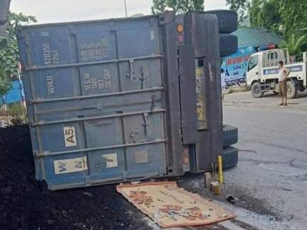 Hình ảnh đau lòng: Xe container vào cua bị lật, đè chết 2 mẹ con đi xe máy