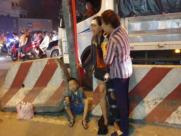 Hình ảnh đau lòng: Mẹ bán vé số khóc ngất bên thi thể con trai 2 tuổi bị container tông tử vong