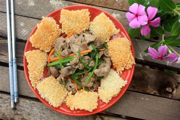 Xôi chiên ăn kèm thịt bò xào cần tây - Ảnh 1