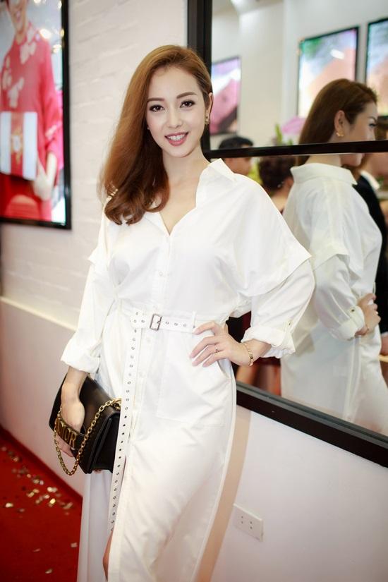 Mới đây, Hoa hậu <a target='_blank' href='https://www.phunuvagiadinh.vn/jennifer-pham.topic'>Jennifer Phạm</a> xuất hiện trong một sự kiện với bộ cánh màu trắng thanh lịch, xách túi hàng hiệu sành điệu.