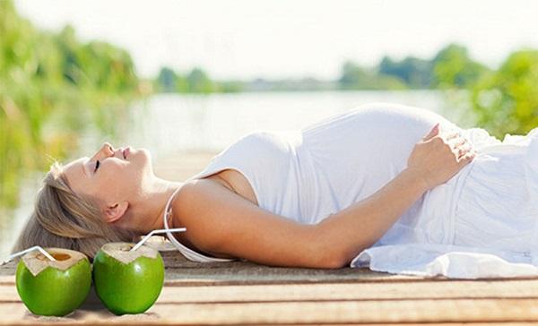Bà bầu uống nước dừa mỗi ngày có tốt không? Có nguy hại gì đến cơ thể không?