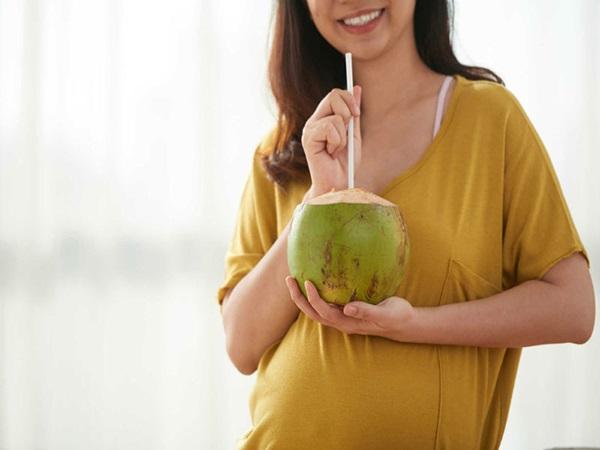 Bà bầu uống nước dừa từ tháng thứ mấy để đảm bảo an toàn cho sức khỏe?