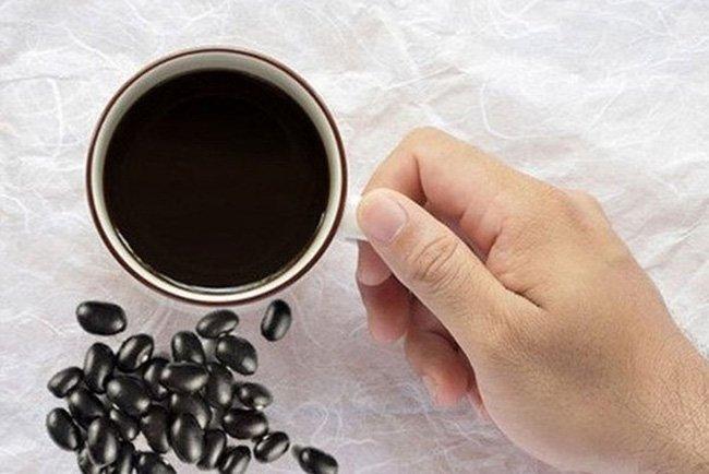 Uống nước đậu đen rang hàng ngày từ 1-2 cốc