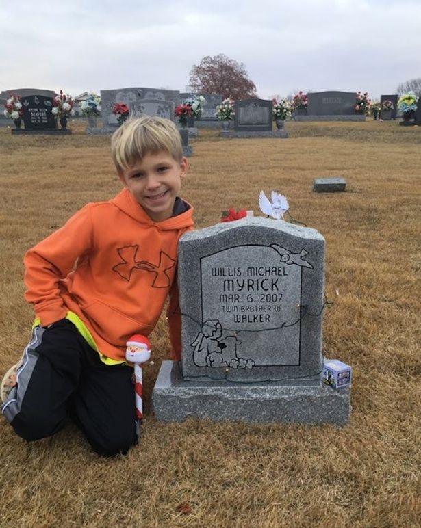 Động lòng hình ảnh anh trai qua năm tháng vẫn ngồi bên nấm mộ kể chuyện cho cậu em sinh đôi - Ảnh 2