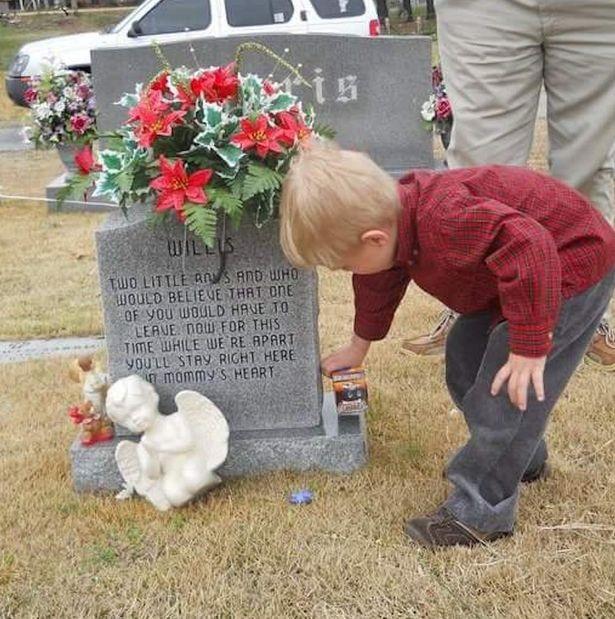 Động lòng hình ảnh anh trai qua năm tháng vẫn ngồi bên nấm mộ kể chuyện cho cậu em sinh đôi - Ảnh 4
