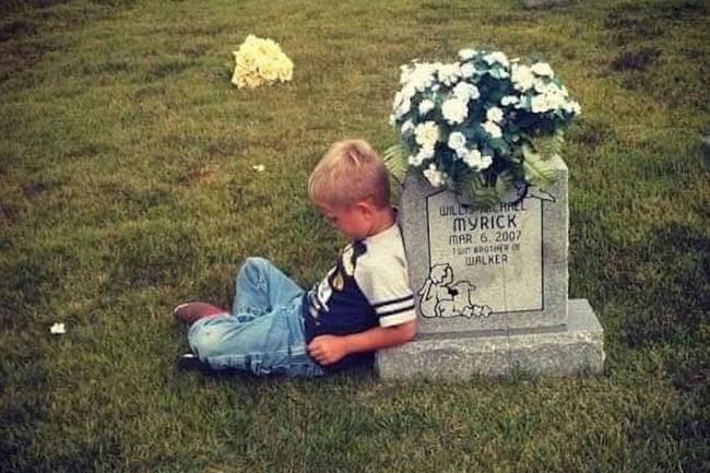 Động lòng hình ảnh anh trai qua năm tháng vẫn ngồi bên nấm mộ kể chuyện cho cậu em sinh đôi - Ảnh 1