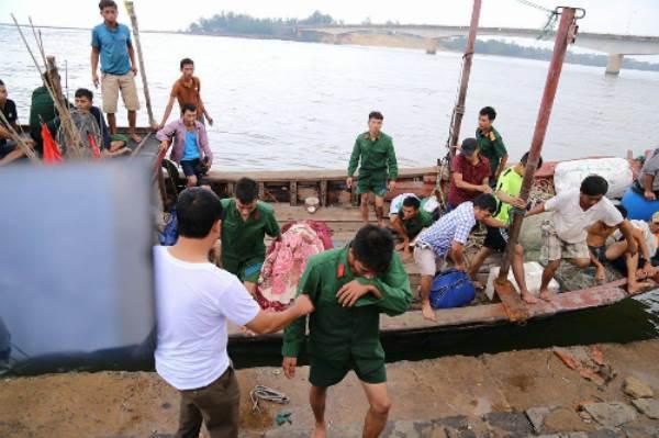 Tàu chở hơn 30 người chìm ở Quảng Trị, một người chết - Ảnh 2