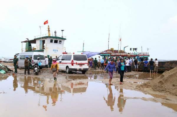 Tàu chở hơn 30 người chìm ở Quảng Trị, một người chết - Ảnh 3