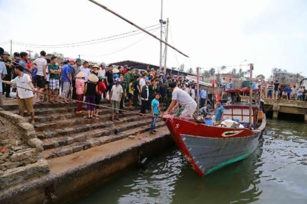 Tàu chở hơn 30 người chìm ở Quảng Trị, một người chết - Ảnh 1
