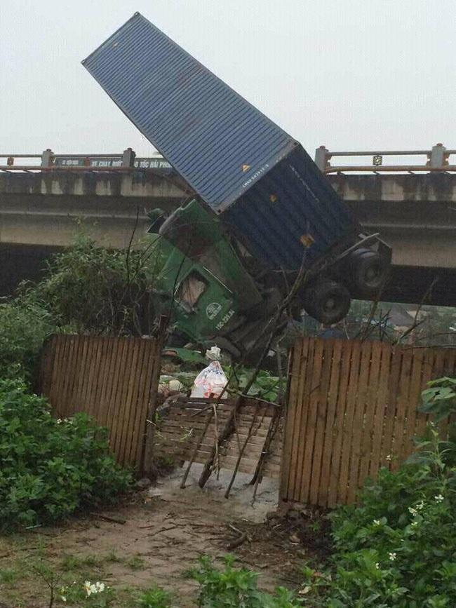 Hà Nội: Tai nạn liên tiếp, container treo lơ lửng trên thành cầu Thanh Trì - Ảnh 2