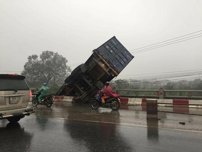 Hà Nội: Tai nạn liên tiếp, container treo lơ lửng trên thành cầu Thanh Trì - Ảnh 3