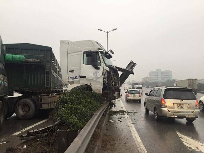 Hà Nội: Tai nạn liên tiếp, container treo lơ lửng trên thành cầu Thanh Trì - Ảnh 1