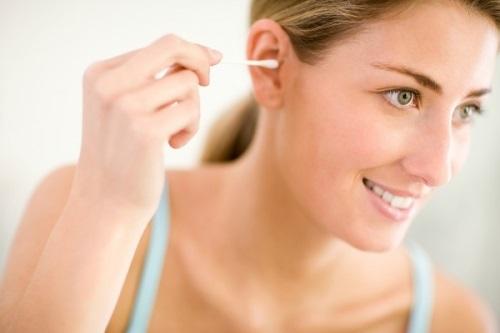 Tác hại bất ngờ của việc dùng tăm bông ngoáy tai - Ảnh 1