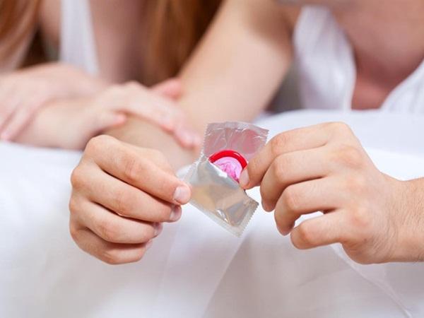 Bỏ chất dị ứng vào bao cao su, cặp đôi bị dính vào nhau sau khi 'yêu'