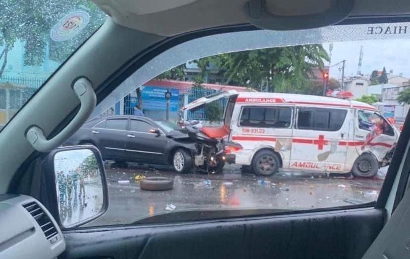 Vụ tài xế xe cấp cứu bị ô tô vượt đèn đỏ tông nhập viện: Cha dập hết phổi, con gái lên mạng 'kêu cứu' nhờ người hiến máu - Ảnh 1