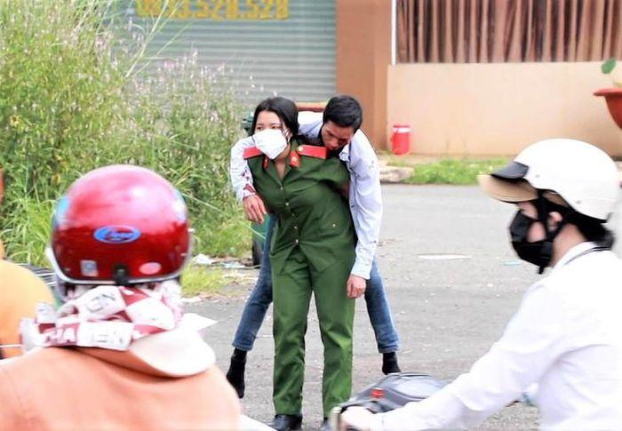 Cảm động trước nữ học viên cảnh sát cõng người đàn ông gặp tai nạn trên đường - Ảnh 2
