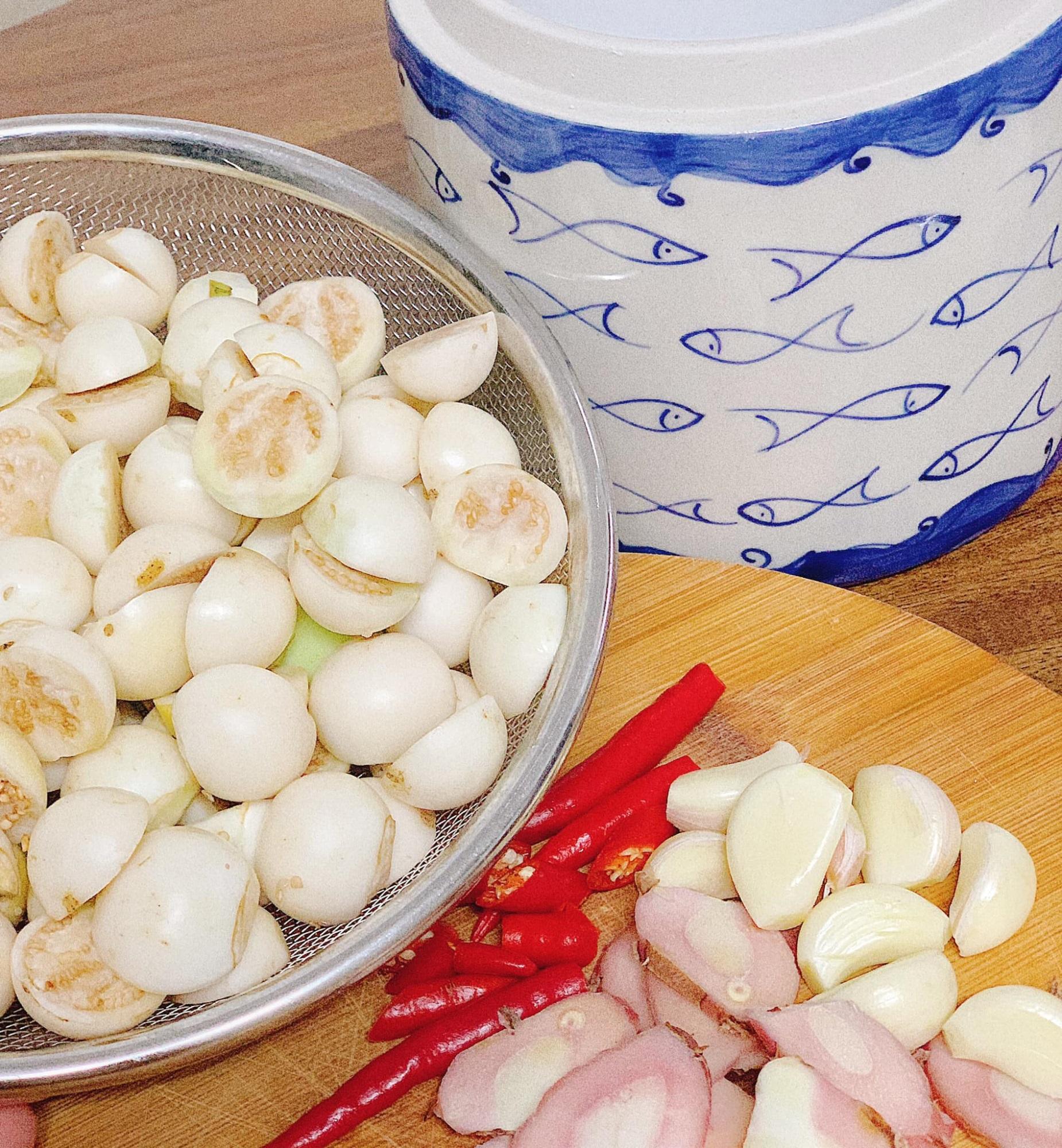 Học ngay cách làm bát cà muối đậm vị giòn rụm ăn kèm rau luộc, ngon 'quên ngày tháng' đấy chị em ơi! - Ảnh 2