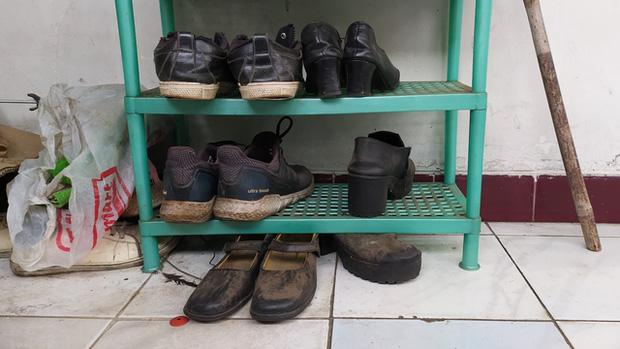 Gặp nạn đúng mùa dịch, ông bố trẻ nghẹn ngào xin đổi giày để lấy sữa cho con gái 1 tuổi đang đói và cái kết ấm lòng - Ảnh 1