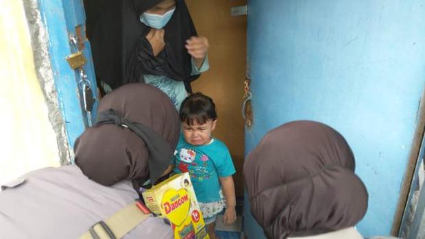 Gặp nạn đúng mùa dịch, ông bố trẻ nghẹn ngào xin đổi giày để lấy sữa cho con gái 1 tuổi đang đói và cái kết ấm lòng - Ảnh 2