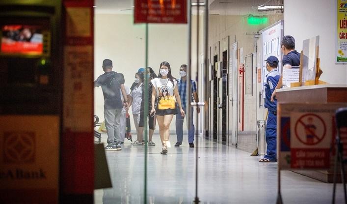 Người thân bé gái 12 tuổi rơi từ chung cư ở Hà Nội đau xót: 'Bố mẹ ly hôn, nghi cháu có biểu hiện trầm cảm nhẹ' - Ảnh 2