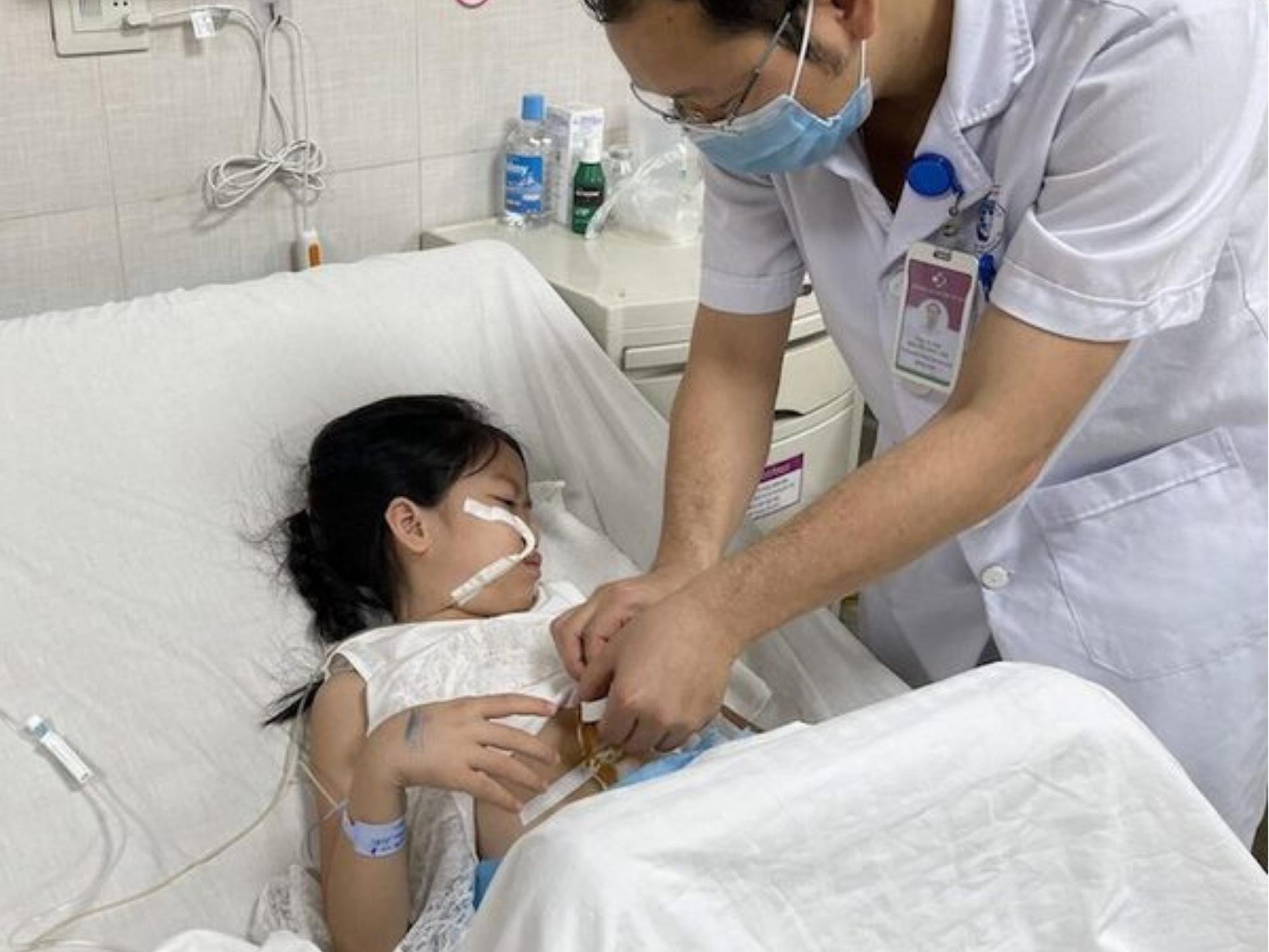 Bé gái 7 tuổi được phát hiện có dị vật trong dạ dày, bác sĩ phẫu thuật 'ngỡ ngàng' khi gắp ra một búi tóc lớn