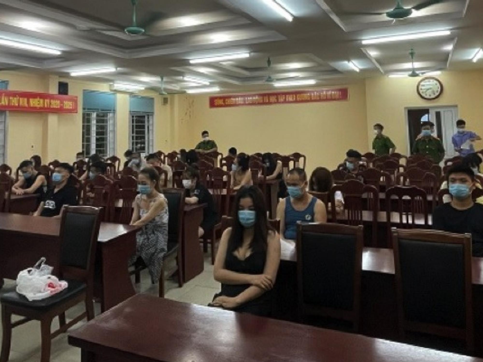 Bất chấp dịch bệnh, hàng chục 'khách làng chơi' mạnh tay book phòng VIP ở Hải Dương để tụ tập 'thác loạn', mở 'tiệc' chất cấm