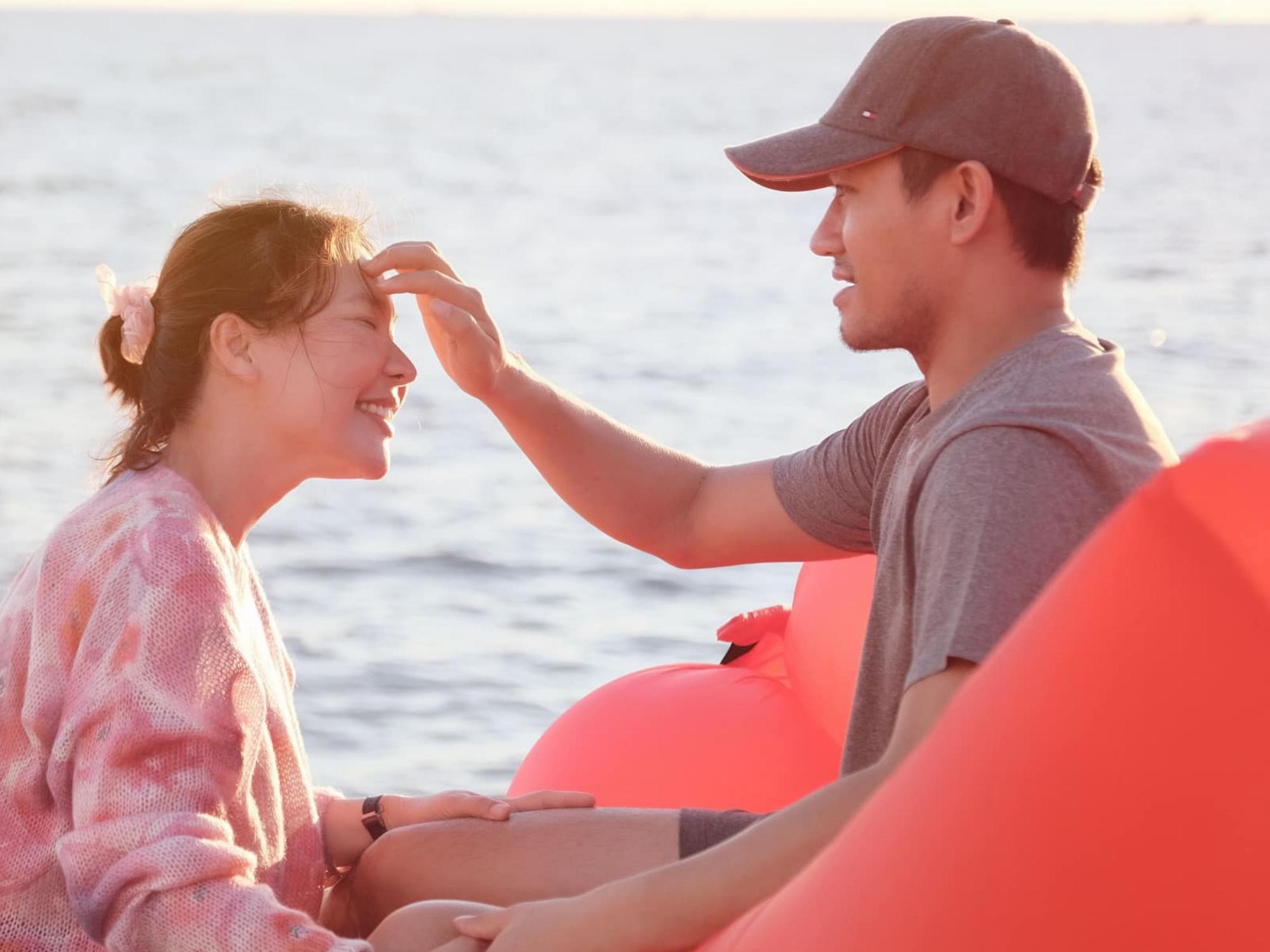 Vợ chồng diễn viên Quý Bình 'tình bể bình', cùng nắm tay nhau 'vượt qua đại dịch' khiến người hâm mộ 'phát hờn'