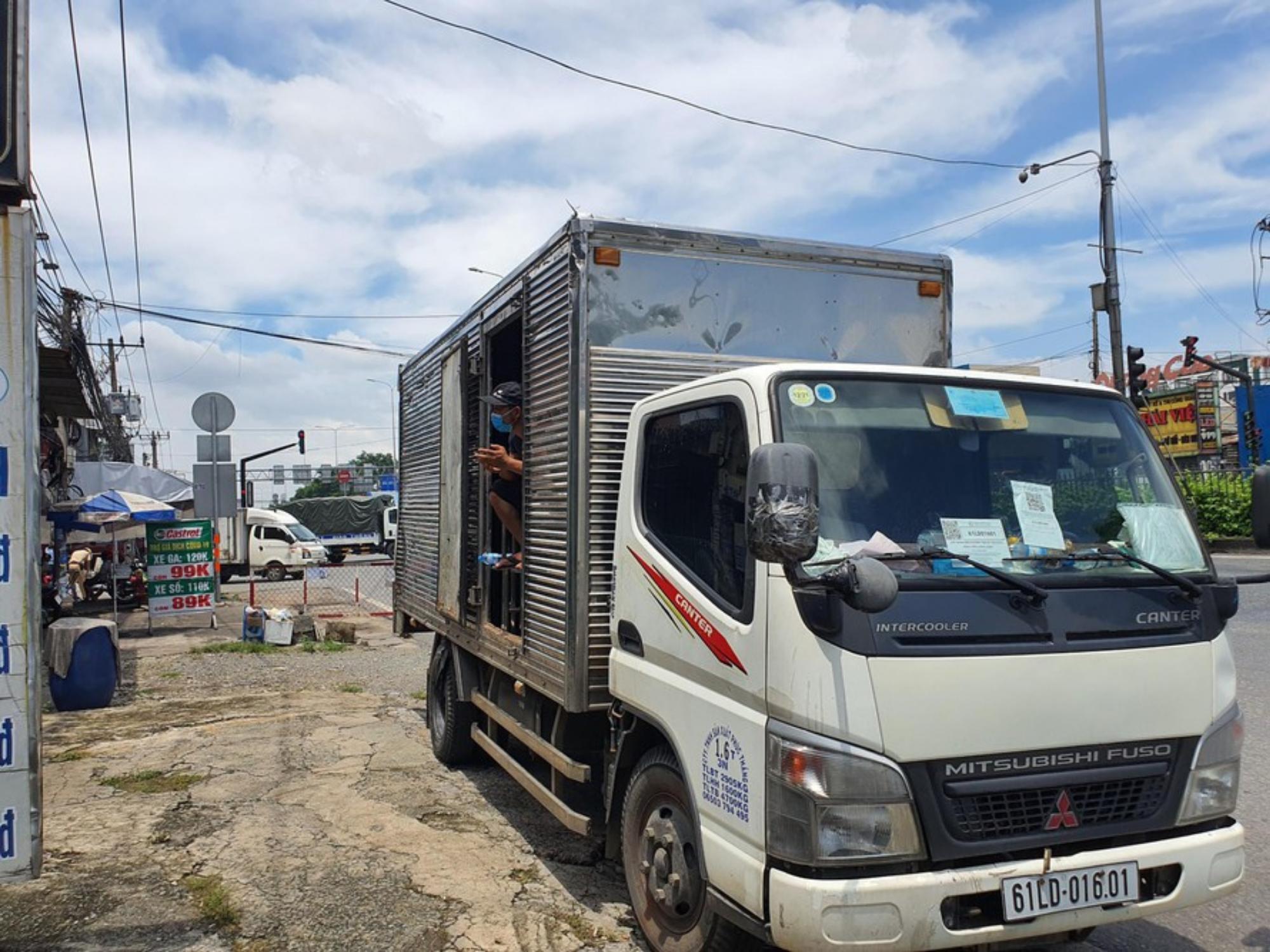 TP.HCM: Phát hiện xe tải luồng xanh 'nhét' 6 F0 vừa khỏi bệnh trong thùng hàng đi qua chốt kiểm soát dịch Covid-19