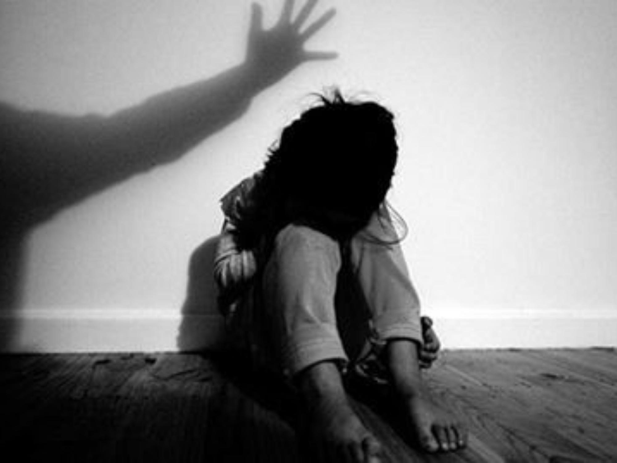 Truy tố mẹ đẻ và 'người tình' bạo hành, xâm hại bé gái 12 tuổi nhiều lần