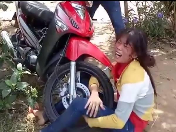 Chồng đánh chửi vợ dã man mặc con gào khóc, người qua đường dửng dưng