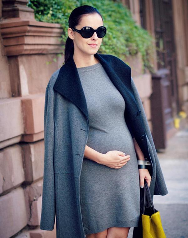 Mẹ bầu có thể mix trang phục với áo khoác. Ảnh internet