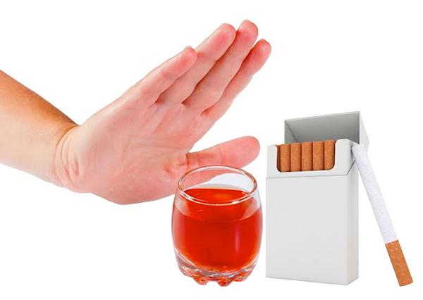Bà bầu tránh uống rượu bia và hút thuốc khi mang thai