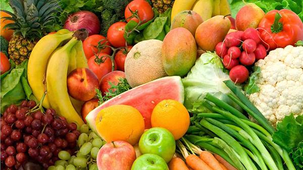 Mẹ bầu ăn nhiều rau xanh và trái cây để tránh tăng cân nhiều