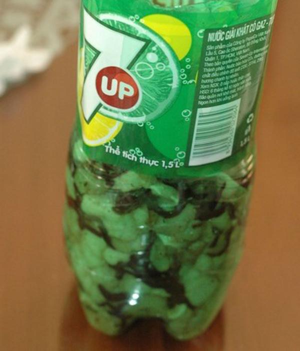 Dùng chai nhựa để nép thịt
