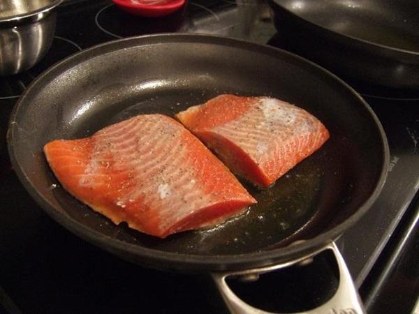 Chiên cá vàng, sau đó để nguội và xé càng nhỏ càng tốt