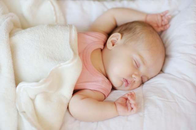 Những điều mẹ cần biết về thời gian ngủ của trẻ sơ sinh từ 1-6 tháng tuổi - Ảnh 2
