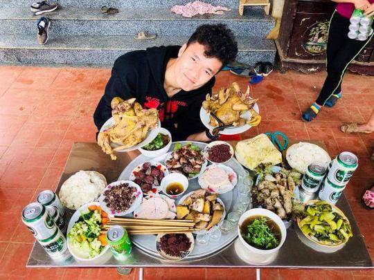 Bữa cơm ấm cúng đầu năm mới của gia đình Bùi Tiến Dũng - Ảnh 2