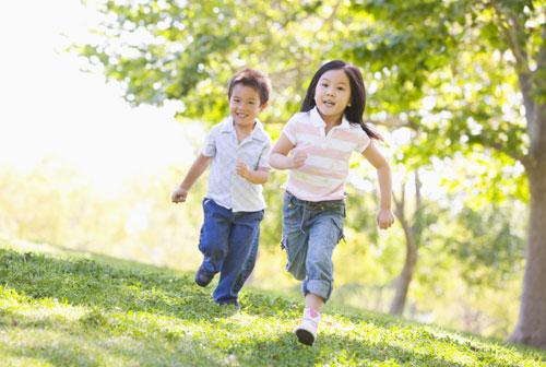 Bé vận động nhiều là cách giảm cân an toàn và hiệu quả