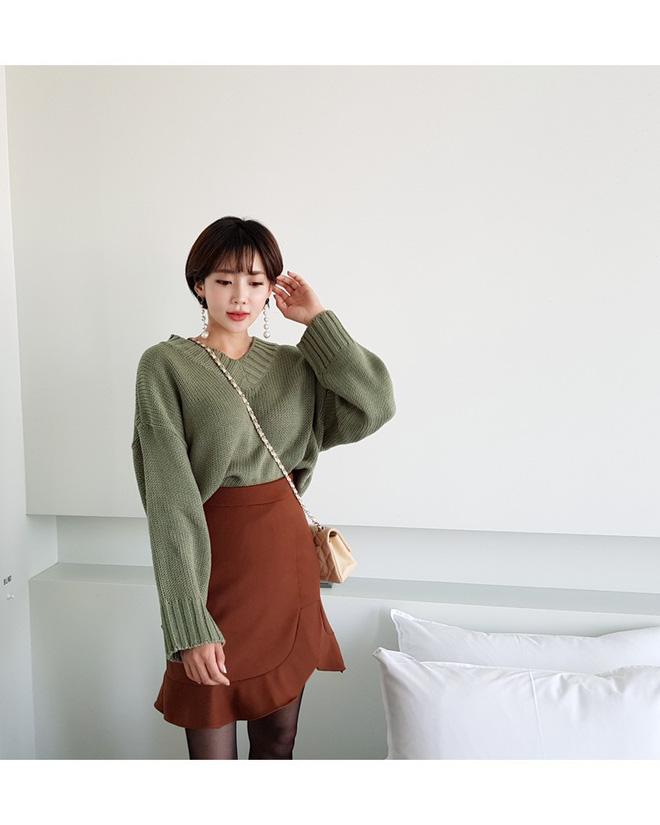 Áo len dáng rộng đang là mốt, và đây là những cách kết hợp 'vừa ấm vừa chất' mà bạn có thể tham khảo - Ảnh 1