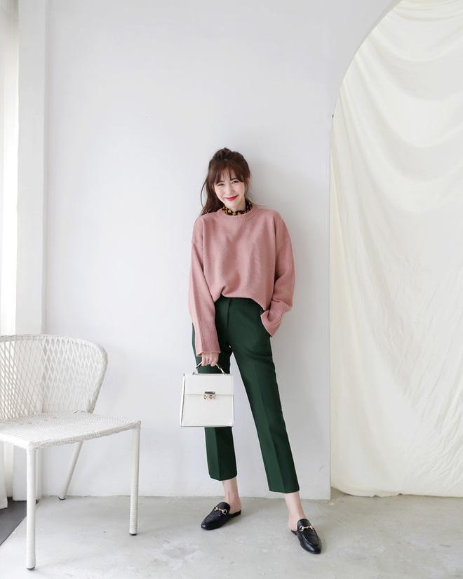 Áo len dáng rộng đang là mốt, và đây là những cách kết hợp 'vừa ấm vừa chất' mà bạn có thể tham khảo - Ảnh 8