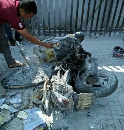 Bị chồng cũ đốt xe máy giữa phố vì không chịu ở cùng - Ảnh 1