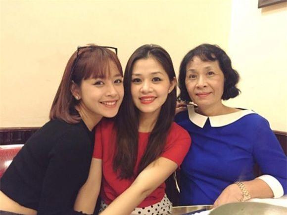 Mẹ và chị gái động viên Chi Pu giữa bão scandal.