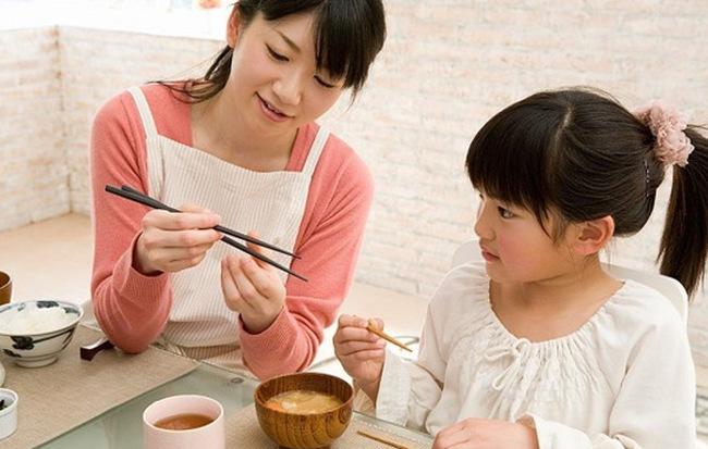 3 việc làm rất nhiều bố mẹ mắc phải khiến con tự ti, nhút nhát - Ảnh 1