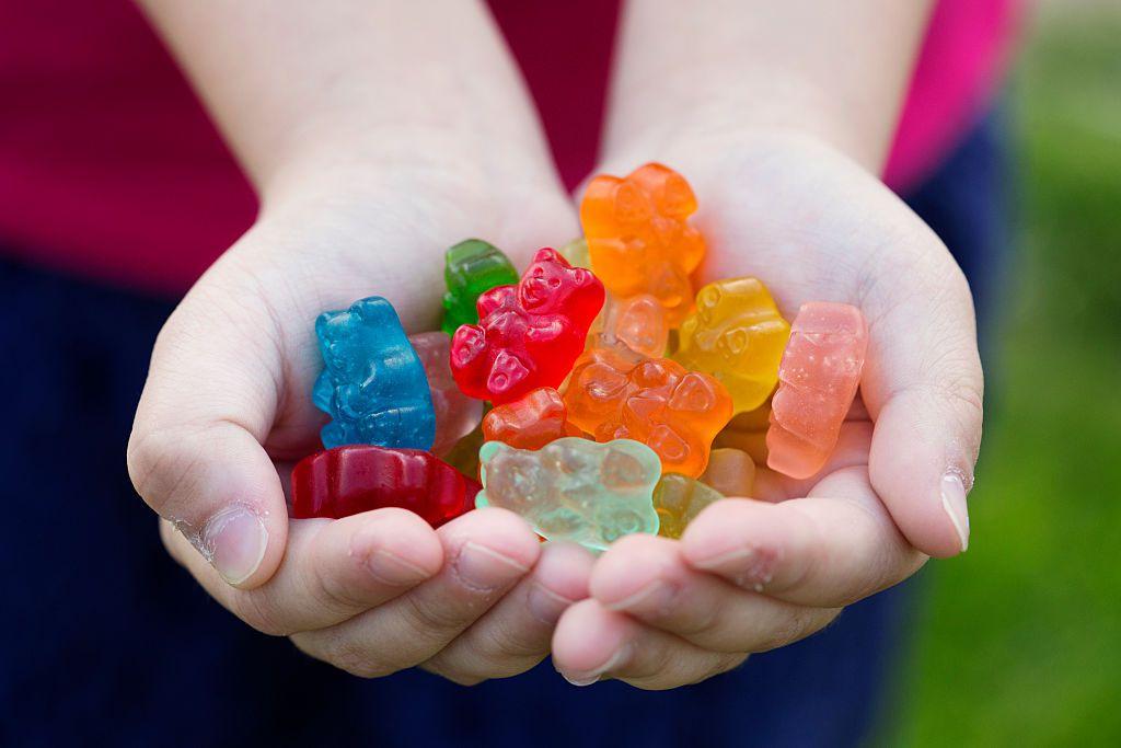 Đây là những món ăn nhiều hóa chất nhất bố mẹ nên hạn chế cho trẻ ăn - Ảnh 1