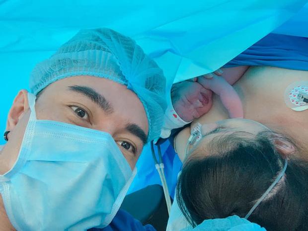 Mới sinh được 1 ngày, bà xã Lê Dương Bảo Lâm bật khóc nức nở vì điều này khiến ông xã phát hoảng  - Ảnh 1