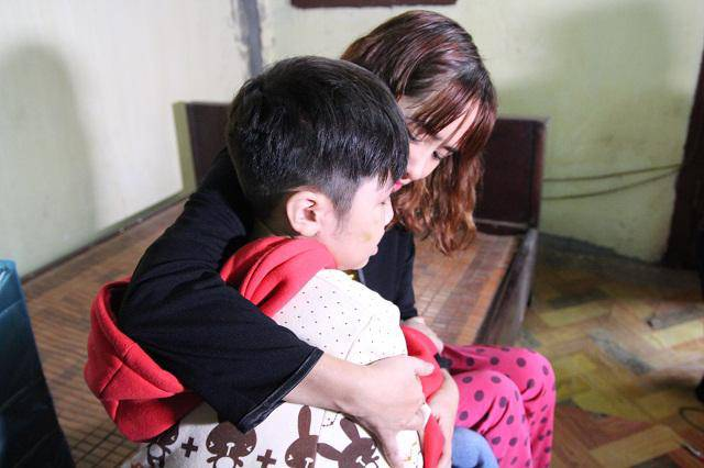 Lý do khiến mẹ ruột, ông bà nội không biết bé trai 10 tuổi bị bạo hành suốt 2 năm - Ảnh 1