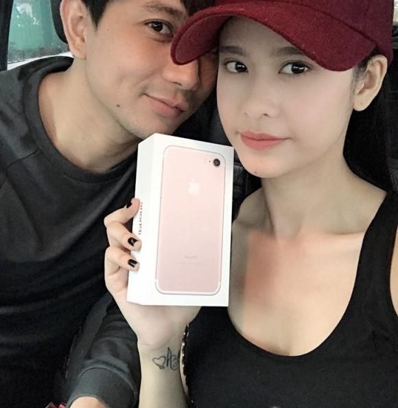 Tim đã huy động cả ê-kíp quay phim đến nhà để tạo bất ngờ và ghi lại khoảnh khắc xúc động của vợ. Trương Quỳnh Anh đã vô cùng ngạc nhiên và nghẹn ngào trước tấm lòng của ông xã dành cho mình.