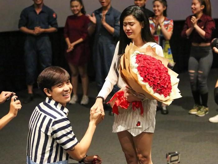 Trưa 15/8/2016, Tim bất ngờ dành tặng Trương Quỳnh Anh màn cầu hôn bí mật tại một rạp chiếu phim ở TP.HCM sau 6 năm yêu nhau.